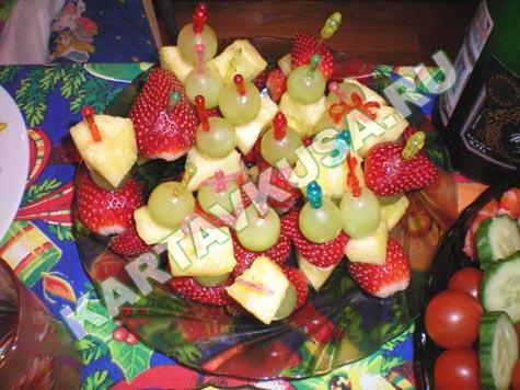 На фото фруктовые канапе на шпажках