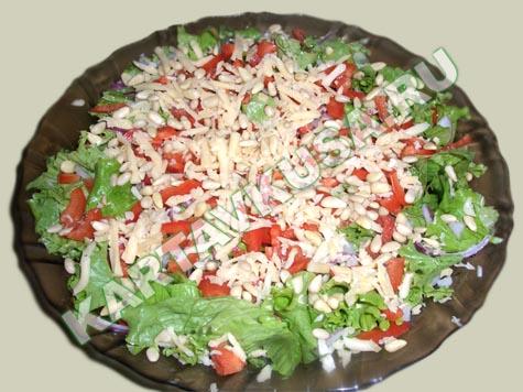 Зеленый салат с кедровыми орешками