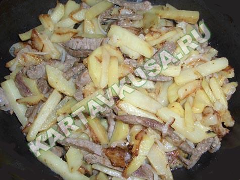 блюда из картошки и мяса на сковороде